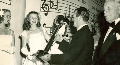 The Duke, John Wayne, presenting the Sweetheart trophy.