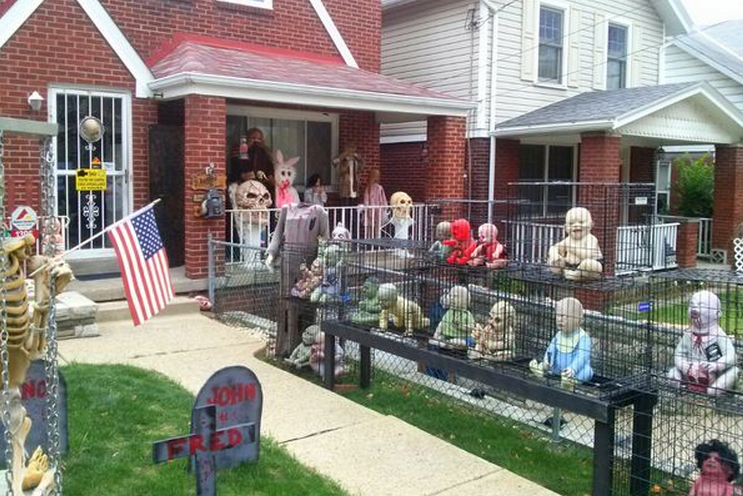 Total frat move man goes waaaaaaay overboard with halloween decorations in - Deco halloween exterieur ...