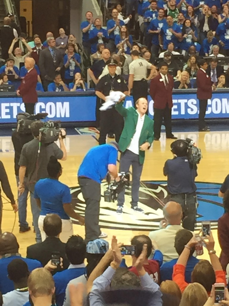 Spieth pumping up the Mavs during halftime while wearing his green jacket. TFM.